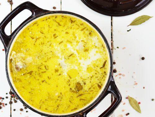 garnek pełen ogórkowej zupy